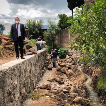 Supervisión de avances de obra: Saneamiento de barranca, construcción de banquetas y techumbre en cancha deportiva
