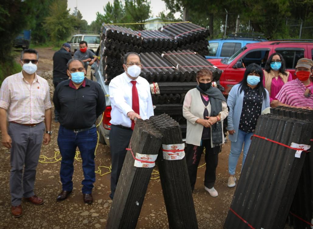 Entrega de 70 pacas de teja de cartón a familias de Morelos