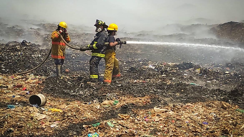 CREHI y Protección Civil municipal apoyan en el incendio del relleno sanitario de Zitácuaro
